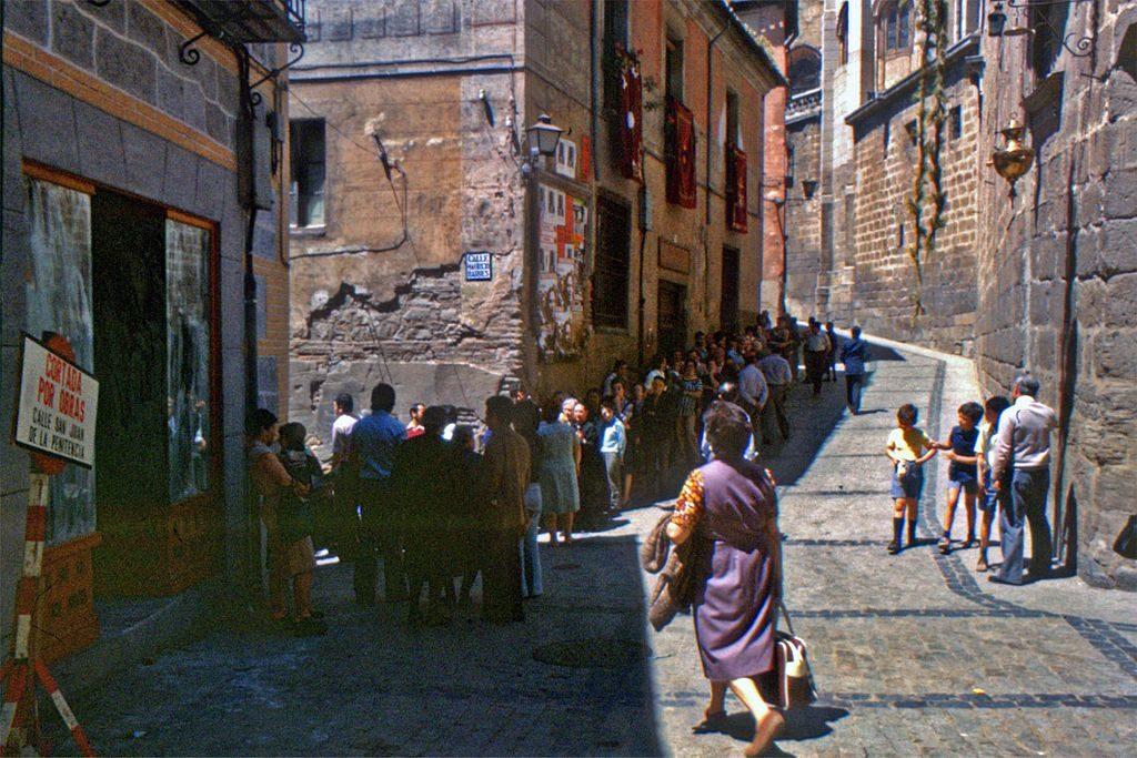 Gente haciendo la cola para votar en las elecciones del 15 de junio de 1977.